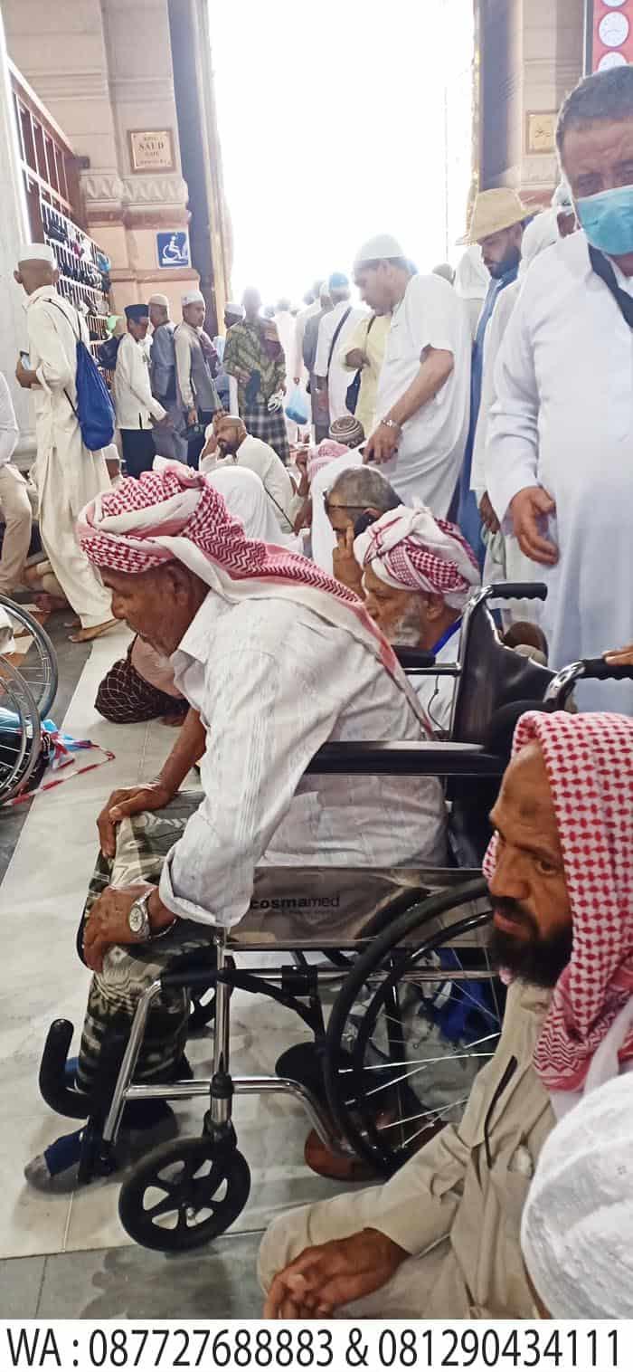 sholat dengan kursi roda di masjid madinah