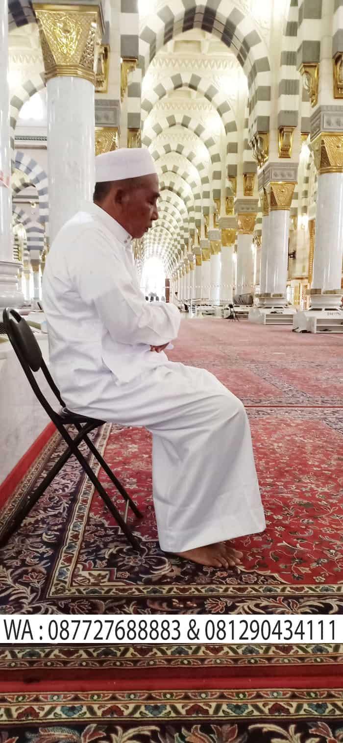 sholat sambil duduk di masjid madinah